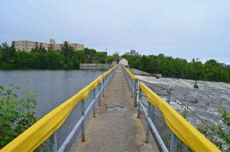 Bridge across the top of the dam